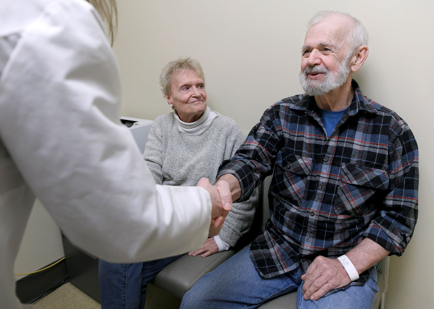 Dennis Eggers shakes hands with his doctor